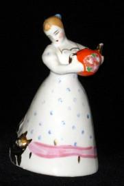 Девушка с чайником Дулево